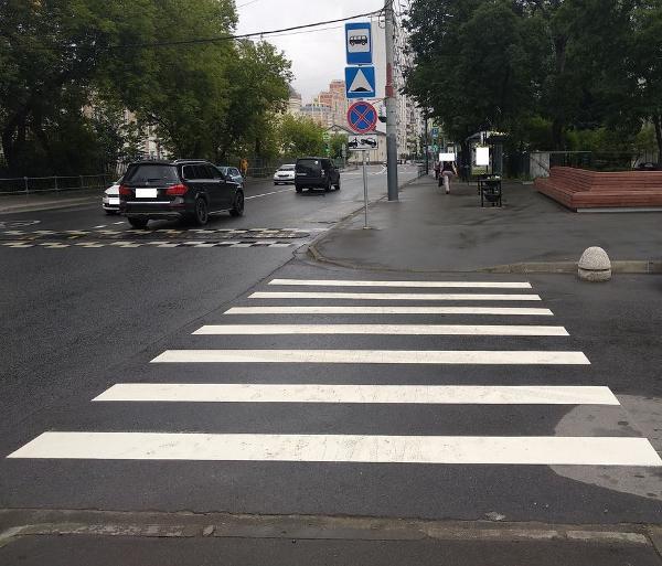 Дорожная разметка пешеходного перехода
