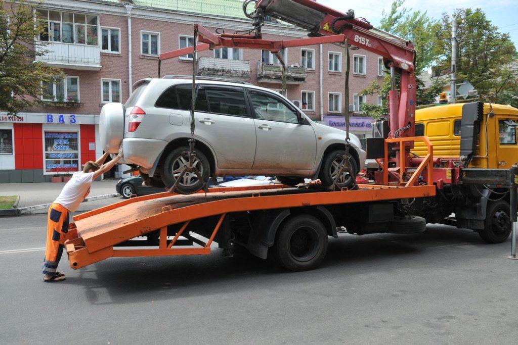 Эвакуатор грузит авто
