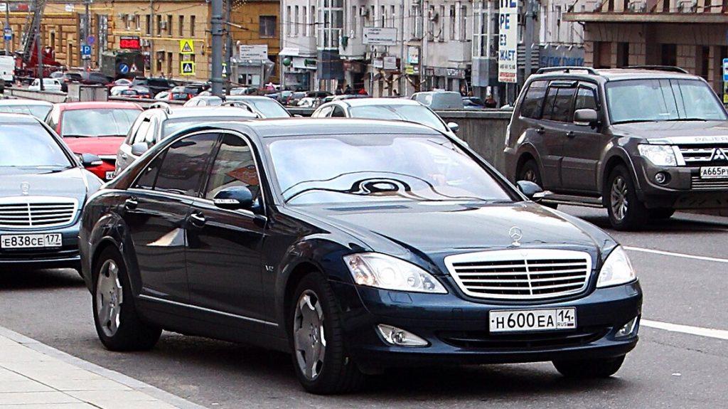 Едет по городу автомобиль с блатным номером