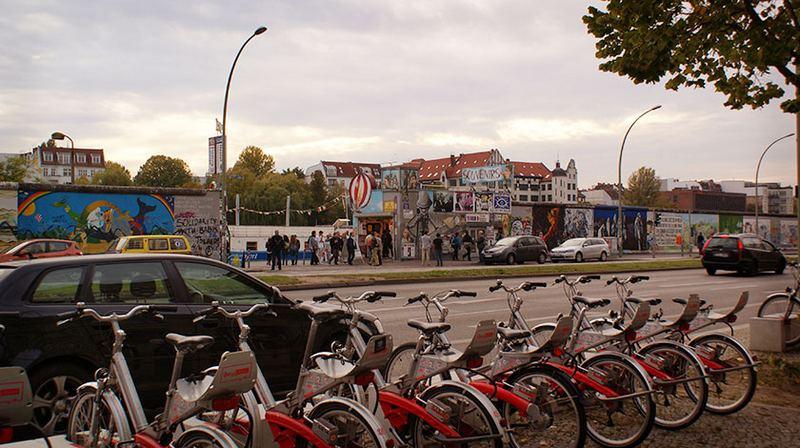На стоянке паркуются и машины, и велосипеды
