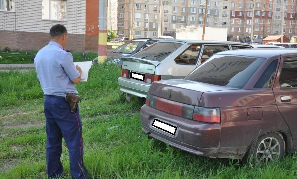 Инспектор ГИБДД составляет протокол правонарушения
