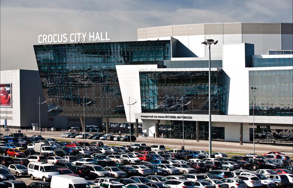Здание Крокус Сити Холл и наземная часть парковки