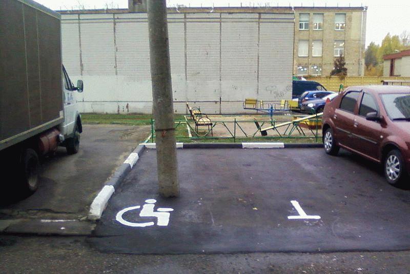 При нанесении разметки стоит учитывать присутствие предметов, которые будут являться препятствием для автомобилиста