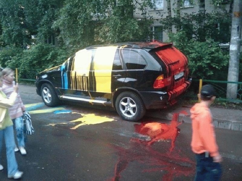 Неправильно припаркованный автомобиль может пострадать от рук разгневанных соседей