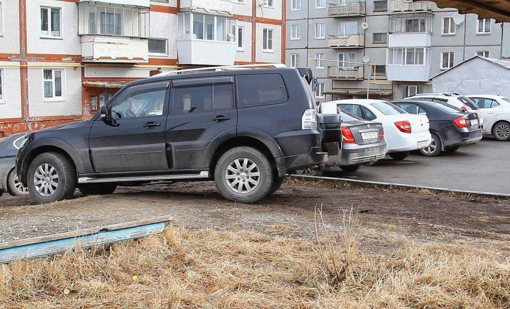 Припаркован джип на газоне
