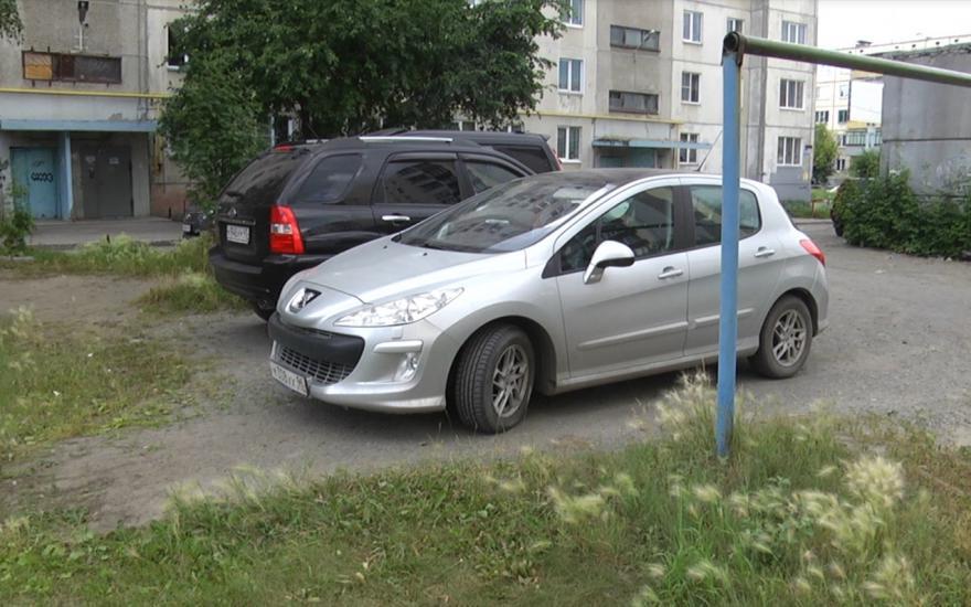 Авто на  газоне во дворе
