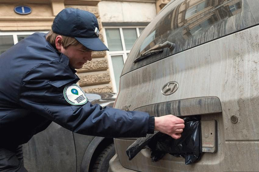 Предметы, которыми автомобилисты закрывают номера, не оплачивая стоянку, могут устраняться работниками мобильных бригад