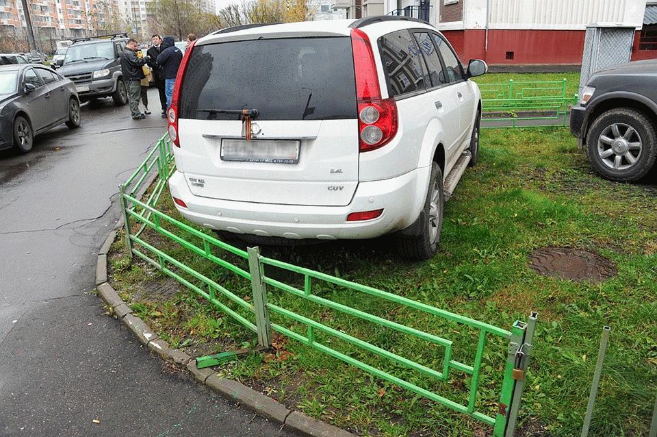 Парковка на газоне является правонарушением, за которое автомобилистов паривлекают к ответственности
