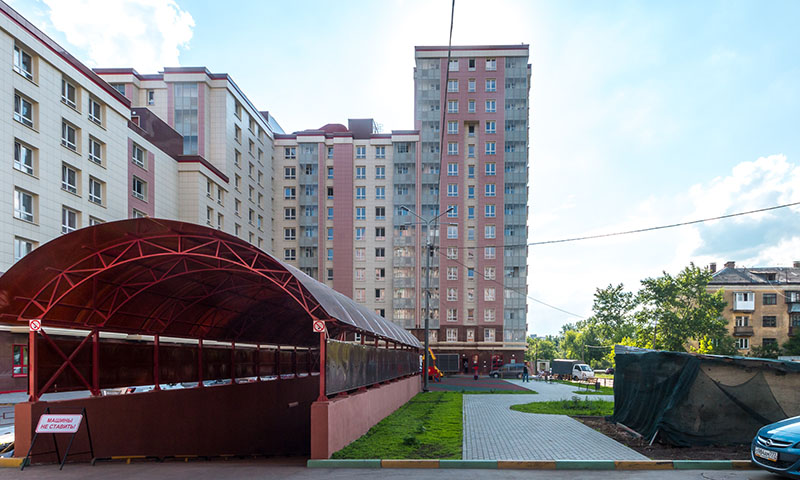Въезд в подземный паркинг жилого комплекса