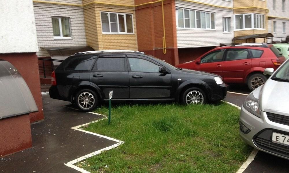 Парковка на газоне - одно из нарушений, за которое автомобилиста могут оштрафовать
