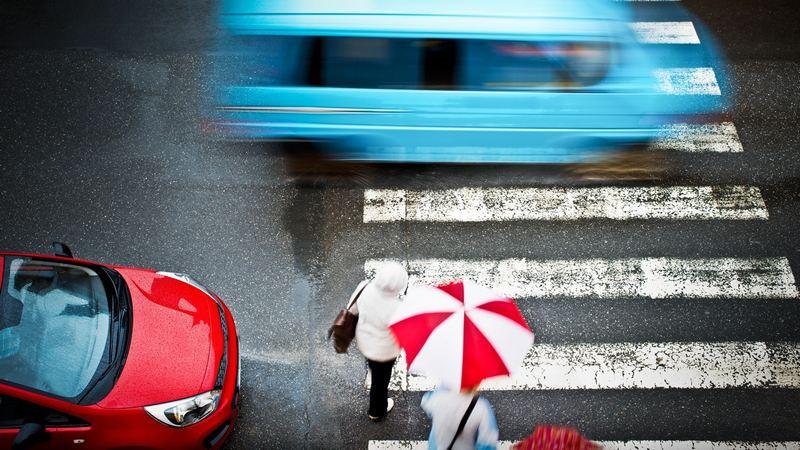 Пешеходу нужно уступить дорогу